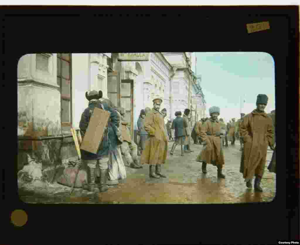 Салдаты на плятформе чыгуначнага вакзалу ў Омску
