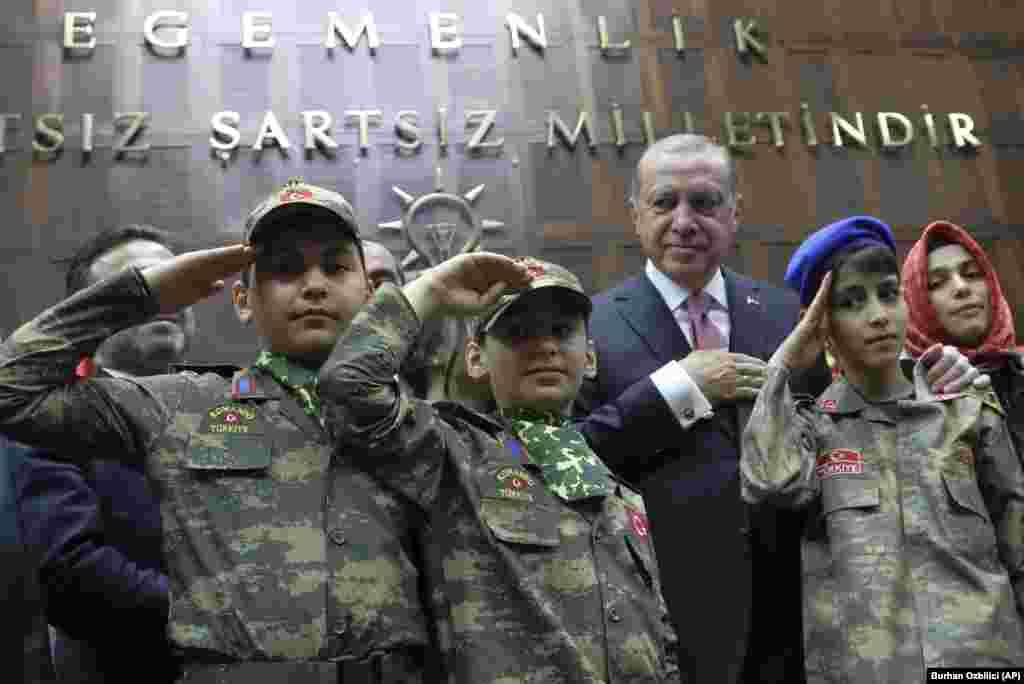 ТУРЦИЈА - ОН ја повикаа Турција да ја прекине вонредната состојба во земјата воведена по неуспешниот обид за пуч во јули, 2016 година, бидејќи тоа води кон големо прекршување на човековите права. Но, Анкара го отфрли барањето кое го нарече пристрасно и неприфатливо.