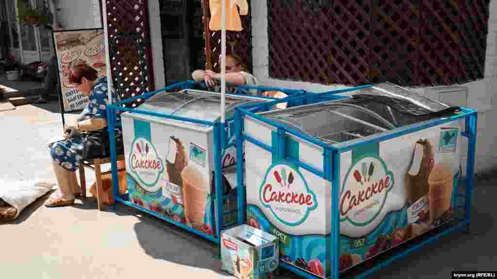 Merkeziy bazarda buzqaymaq satıcısı