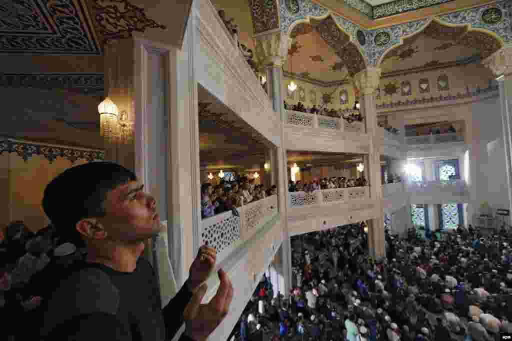 Мәскәүнең яңартып төзелгән, 10 мең кеше сыйдырышлы Җәмиг мәчетендә беренче бәйрәм намазы
