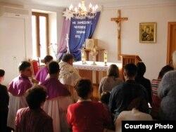 Віруючі змушенні молитися в помешканні священника