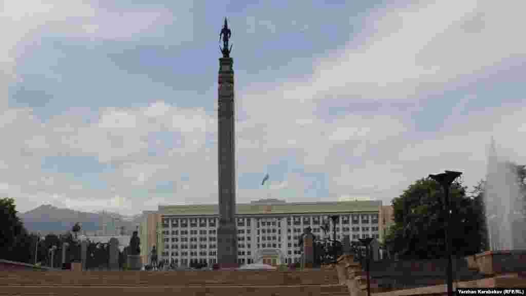 Алматы қаласы Республика алаңындағы Тәуелсіздік монументі. 19 маусым 2015 жыл.