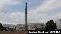 Вид на монумент Независимости с улицы Байсеитовой. Алматы, 19 июня 2015 года.