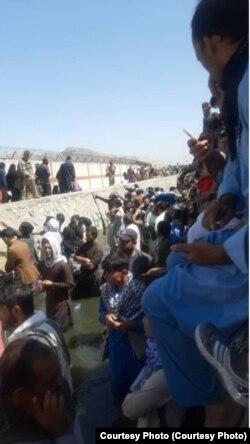 Afganistan  Un martor ocular a fotografiat cu câteva ore înainte locul unde a avut loc explozia de la Kabul