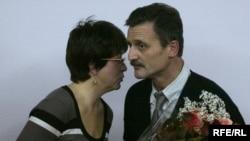 Lyudmila Hraznova congratulates Aleh Hruzdzilovich upon accepting his award.