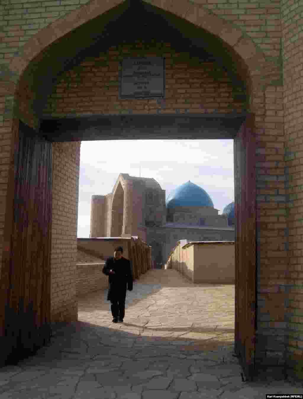 Вход в старую крепость в Туркестане. 27 ноября 2009 года.