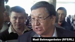 Оппозиционный политик Серик Сапаргали во время встречи его в аэропорту. Алматы, 11 октября 2012 года.