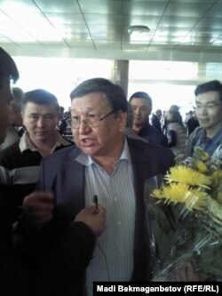 Ақтау абақтысынан босап шыққан Серік Сапарғалиді журналистер әуежайда қарсы алып тұр. Алматы, 11 қазан 2012 жыл.