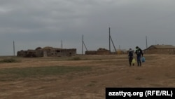 Ауылдағы жалғыз көшеде келе жатқан оқушылар. Қособа, Батыс Қазақстан облысы, 9 қыркүйек 2020 жыл.