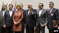 Еуропа Одағының сырты саясат бойынша комиссары Кэтрин Эштон (сол жақтан үшінші) Иран өкілдерімен бірге тұр. Женева, 24 қараша 2013 жыл.