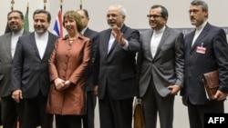 Եվրամիության արտաքին քաղաքականության հարցերով բարձր ներկայացուցիչ Քեթրին Էշթոնը և իրանական պատվիրակությունը ժնևյան բանակցություններից հետո, 24-ը նոյեմբերի, 2013թ․