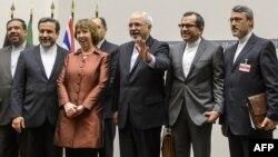 Участвовавшие в международных переговорах по иранской ядерной программе политики фотографируются после достижения соглашения. Женева, 24 ноября 2013 года.