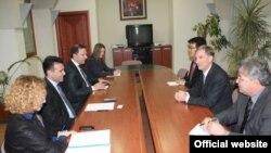 Средбата на раководството на СДСМ, претседателот Зоран Заев, заменик претседателката, Радмила Шекеринска, генералниот секретар, Оливер Спасовски со амбасадорот на САД, Пол Волерс.