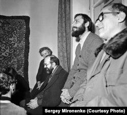 Премьера «Золотого диска», 1982 Слева направо слушают: Д. Пригов, И. Кабаков, Э. Булатов,