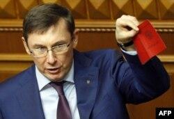 Юрій Луценко у парламенті демонструє паспорти, які, за його словами, належать російським військовим, що приймали участь у бойових діях на Донбасі, січень 2015 року