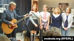 Лявон Вольскі напрыканцы прэзэнтацыі сьпяваў песьні з «Народнага альбому»