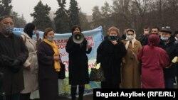 Адвокат Айман Умарова выступает перед собравшимися, отменяя акцию протеста против поправок к законодательству, касающихся адвокатской и юридической деятельности. Алматы, 13 марта 2021 года.
