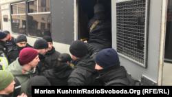 Поліція затримує активістів з шевронами організації С14, Київ, 9 лютого 2019 року. Згодом цього ж дня поліцейські побили і затримали близько 40 людей нібито за спробу штурму