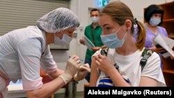 Жена прима доза на вакцина Спутник V во центар за вакцинација во трговски центар во Омск, 29 јуни 2021 година