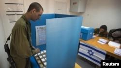 سربازان اسرائیلی از روز یکشنبه رای خود را به صندوق ریختند.