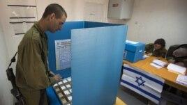 Vojnik glasa u jednoj od vojnih baza na jugu Izraela