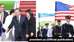 Члены правительства США встерчают в аэропорту «Эндрюс» президента Узбекистана Шавката Мирзияева и его супругу Зироатхон Хашимову.