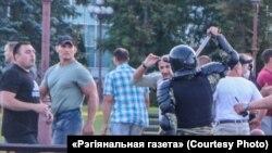 Аляксей Кудзін (у бэйсболцы) падчас разгону мірнай акцыі пратэсту, Маладэчна, 10 жніўня 2020