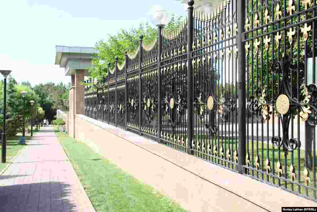 Қоршауы алынбаған нысандардың бірі - Тұңғыш президент қоры ғимараты маңындағы саябақ. Бұл саябақтың айналасында президент резиденциясы және қалалық әкімдік орналасқан.