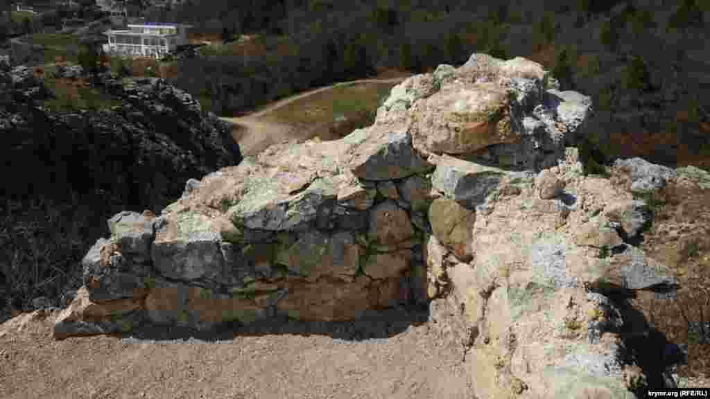 На вершині збереглися залишки середньовічної сторожової будови