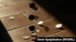Бишкекда жисмоний шахсларга фақат аптека, озиқ-овқат дўкони ва банкка бориш учун рухсат берилади. Қолганлар жарима тўлайди.