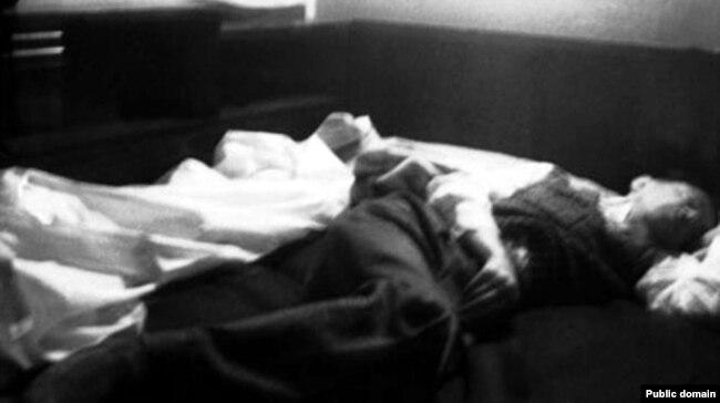 هدایت در بستر مرگ در آوریل ۱۹۵۱