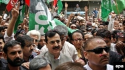 Former Pakistani Prime Minister Yousuf Raza Gilani (C) arrives at a court for a hearing in a corruption case. (file photo)