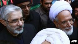 Ирандын оппозициячыл лидерлери Мир Хусейн Мусави (солдо) жана Мехди Карруби (оңдо) маркум айатолла Хусейн Али Монтазеринин сөөгүн коюу жөрөлгөсү маалында. Ыйык Кум (Ком) шаары. 2009-жылдын 21-декабры. AFP PHOTO/STR.