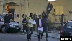 İtaliyada Al Qaeda üzvü saxlanarkən (arxiv fotosu)