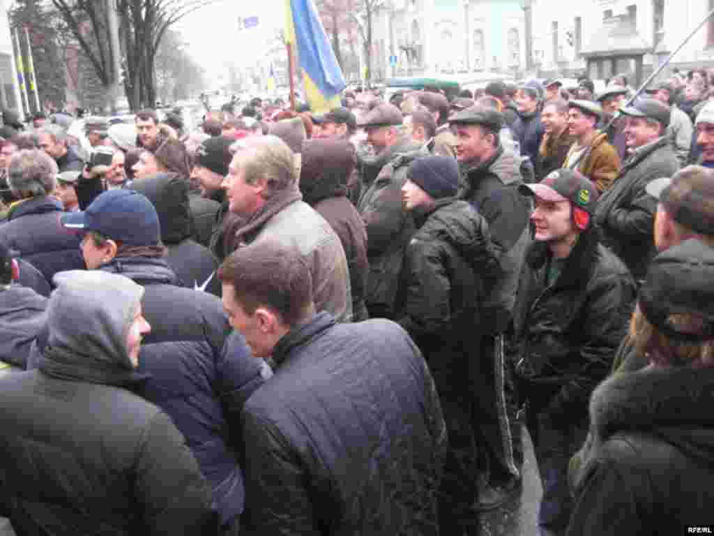Автолюбителі заблокували вулицю Грушевського від Кабміну до Верховної Ради - Під час акції протесту автомобілістів у Києві 5 лютого 2009 року.