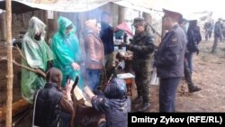 Гражданские активисты в подмосковном Жуковском общаются с полицейскими. 18 апреля 2012 г