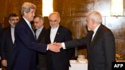 محمد جواد ظریف وزیر خارجه ایران (راست) در حال دست دادن با جان کری، وزیر خارجه آمریکا