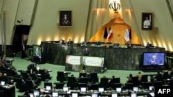 Javad Zarif duke folur në Parlamentin e Iranit