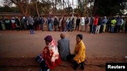 Radhë të gjata janë krijuar para një qendre të votimit në Harare të Zimbabesë. 30 korrik, 2018.