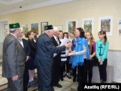 Мәсгут Гаратуев 4нче сәнгать мәктәбенә рәхмәт хаты тапшыра