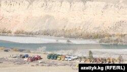 """Ресейлік """"РусГидро"""" компаниясының техникалары Нарын СЭС-і салынатын жерде. Қырғызстан, 16 қазан 2014 жыл."""