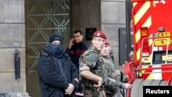 Полиция, солдаты и пожарные стоят возле Лувра. Париж, 3 февраля 2017 года.