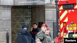 Полиция и солдаты у входа в торговый центр Caroussel du Louvre, Париж, 3 февраля 2017 года.