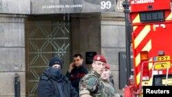 Francuska policija ispred glavnog ulaza u Luvr nakon pokušaja napada 3. februara 2017.