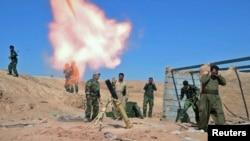 """عناصر من قوات البيشمركه تطلق قذائف الهاون ضد مواقع لمسلحي """"داعش"""""""