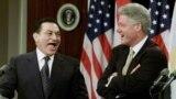 Хосни Мубарак с президентов США Биллом Клинтоном на совместной пресс-конференции в Белом Доме, 01 июля 1999