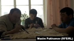 Изготовление шатра – ритуальных фигурок – из быштака, пресного сыра. Мужчины режут фигурки, женщины в это время готовят обед из потрохов заколотой для праздника овцы