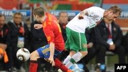 Португалия ойыншысы Мейрелеш (оң жақта) Испаниямен матч кезінде. Кейптаун, 29 маусым 2010 жыл