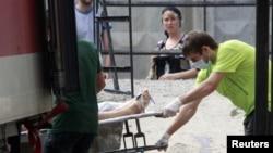 Селге кеткен адамның мәйітін тиеп жатыр. Крымск, 8 шілде 2012 жыл