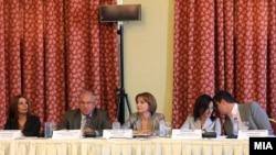 Тркалезна маса на тема Предизвиците и перспективите на македонскиот медиумски сектор. На сликата: Маја Јовановска, заменик претседател на ЗНМ, Ралф Брет, амбасадор на ОБСЕ, Теута Арифи, вицепремиерка за евроинтеграции, Гордана Јанкулоска, министерка за в